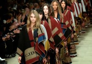 el poncho está de moda blog nometoqueselpost  blanket cape burberry (3)